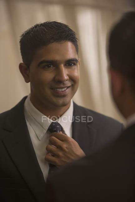 Man putting on tie — Stock Photo