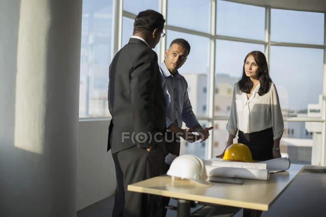 Архітектор, обговорюючи з клієнтами — стокове фото