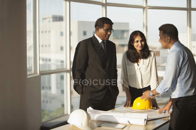 Architect discussing with customers — Stock Photo