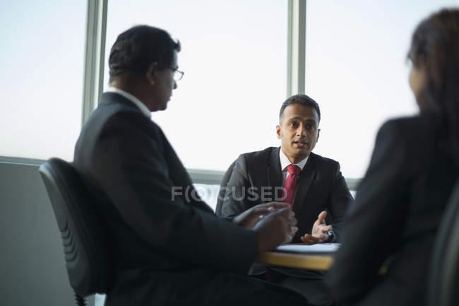 Collègues de travail en discussion — Photo de stock
