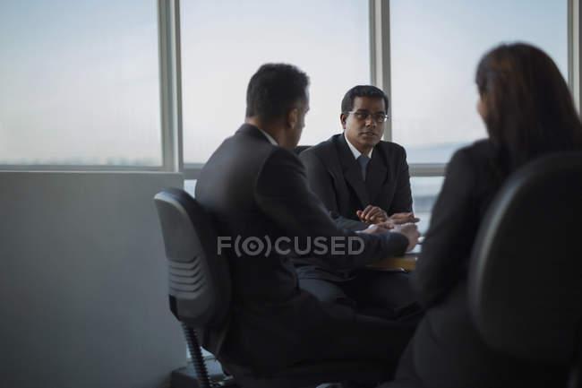 Дискуссионные коллеги — стоковое фото