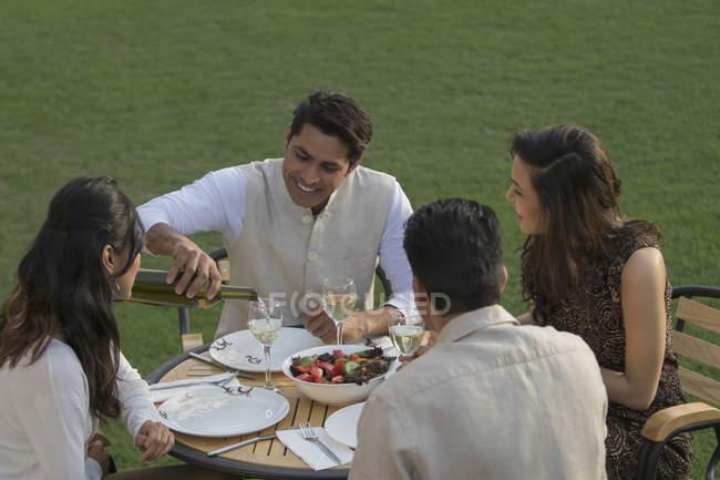 Amigos cenando afuera - foto de stock
