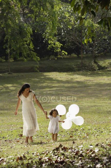 Mãe e filha no parque — Fotografia de Stock