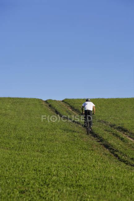 Jovem homem andar de bicicleta — Fotografia de Stock