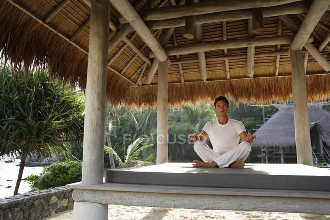Uomo che fa yoga in sala all'aperto — Foto stock