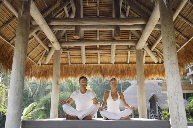 Молода пара, робити йога — стокове фото