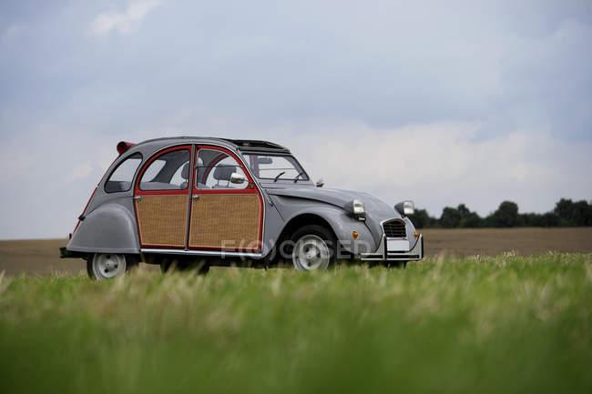Класичний автомобіль припаркований на Луці — стокове фото