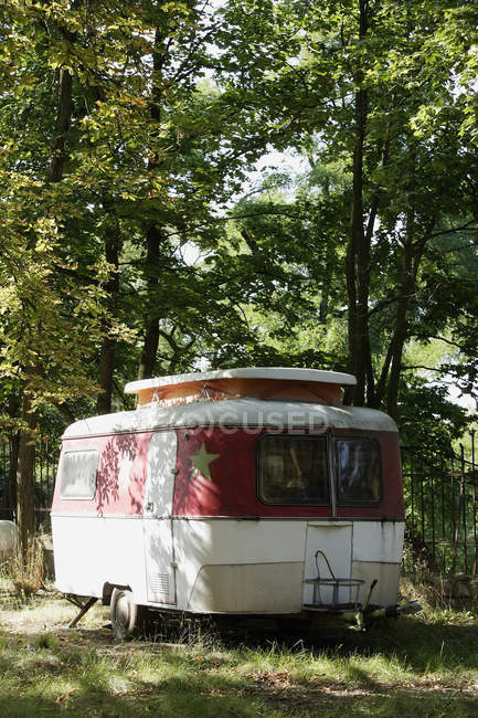 Camping-car rétro dans le parc — Photo de stock