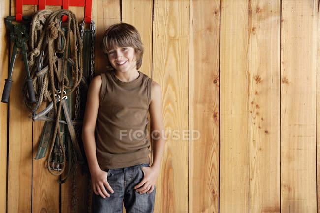 Хлопчик її до стабільної стіни — стокове фото