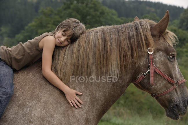 Menino montando a cavalo — Fotografia de Stock