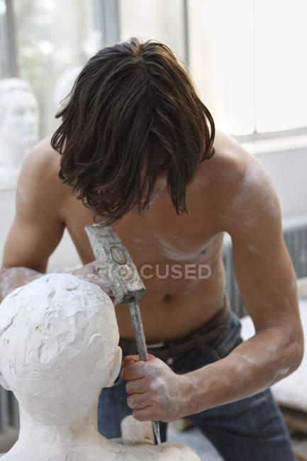 Чоловік біля скульптури — стокове фото
