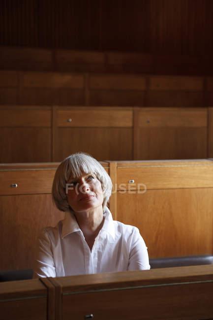 Femme, choix de l'emplacement dans le studio d'art — Photo de stock