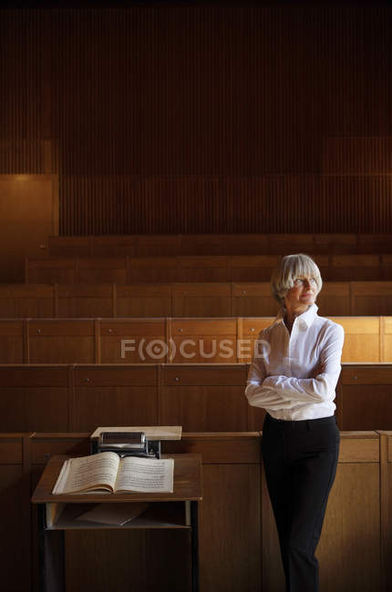 Mulher de pé no estúdio de arte — Fotografia de Stock