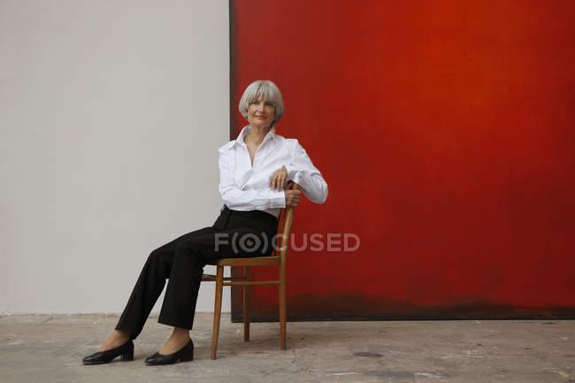 Женщина сидела в художественной студии — стоковое фото