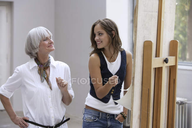 Art teacher with student in studio — Stock Photo