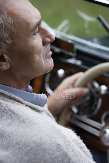 Man sitting at vintage car — Stock Photo