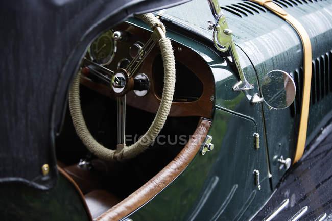 Автомобілі, припарковані на відкритому повітрі — стокове фото