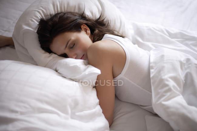 Jovem mulher dormindo — Fotografia de Stock