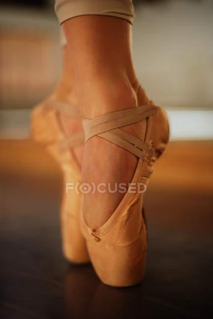 Pés de bailarina em sapatos de dedo do pé — Fotografia de Stock