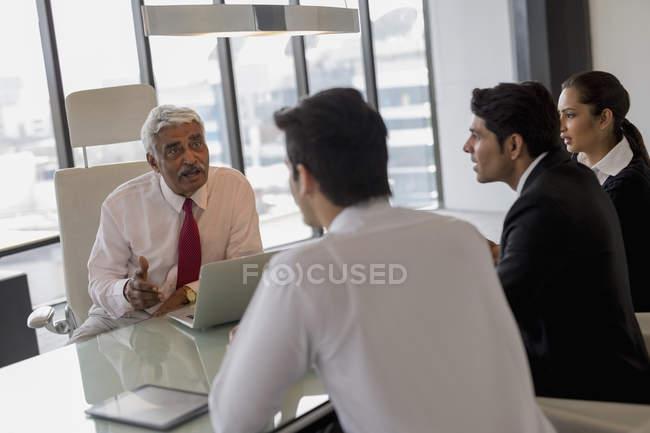 Geschäftsmann führende Diskussion — Stockfoto