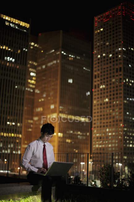 Homem trabalhando em seu laptop — Fotografia de Stock