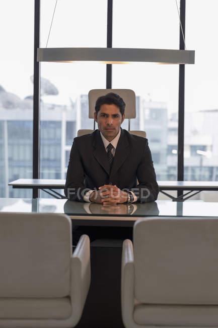 Бізнесмен, сидячи за столом — стокове фото
