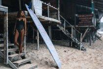Donna in muta in piedi sulle scale — Foto stock