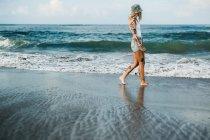 Femme qui marche sur la plage — Photo de stock