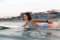 Серфингистка на доске для серфинга — стоковое фото