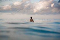 Девушки серфера на доске для серфинга — стоковое фото