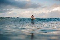 Femme surfer sur planche de surf — Photo de stock