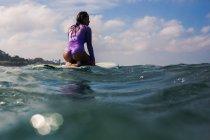 Surferin auf dem Surfbrett — Stockfoto