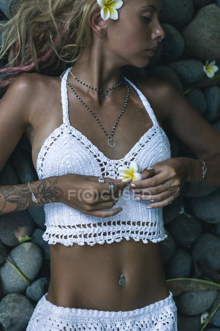Donna posa con fiori — Foto stock