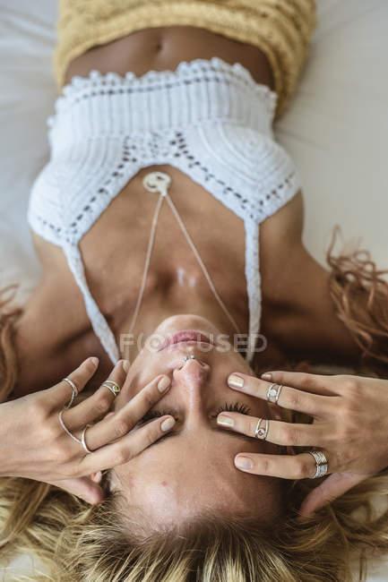 Porträt einer Frau, die auf dem Bett liegt — Stockfoto