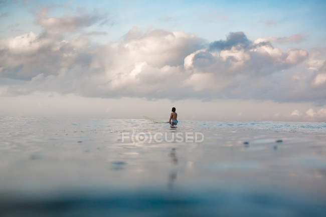 Female surfer on surf board — Stock Photo