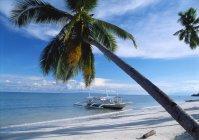 Моторной лодке, пришвартованной на Alona пляже — стоковое фото