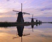 Ветряные мельницы вдоль канала — стоковое фото