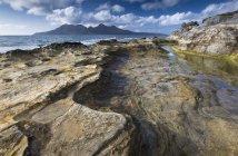 Переглянути по відношенню до острова ром від скельних утворень — стокове фото