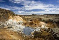 Observando el espectacular paisaje volcánico - foto de stock