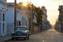 Street scene before sunrise in Cienfuegos — Stock Photo