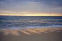 Vista da praia e mar calmo — Fotografia de Stock