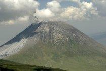 Гора з хмари на вершині — стокове фото