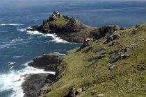 Costa rocosa con acantilados - foto de stock