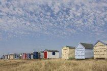 Cabines de plage en ligne dans l'île de Hayling — Photo de stock