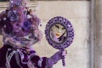 Femme en costume et masque — Photo de stock