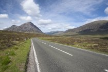 Пряма дорога і хмарного неба — стокове фото