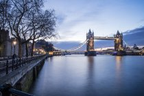 Osservando la vista del Tower Bridge a Londra — Foto stock