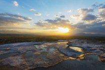 Bassins de travertin blanc au coucher du soleil — Photo de stock