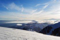 Ski tourists climbing on Mont Blanc — Stock Photo