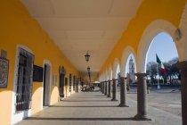 Здание с колоннами и арки — стоковое фото